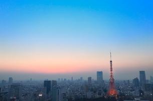 浜松町より東京タワーのライトアップと夕焼けの写真素材 [FYI02085645]