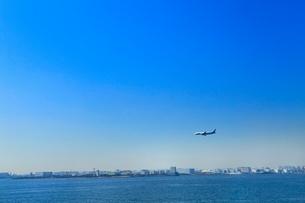 東京港よりビル群と飛行機の写真素材 [FYI02085651]
