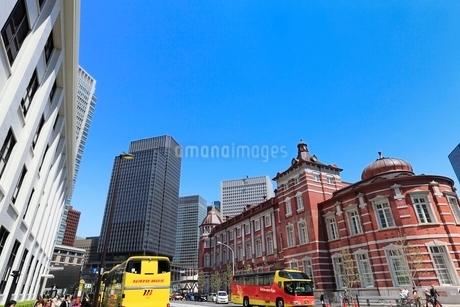 東京駅とハトバスの写真素材 [FYI02085658]