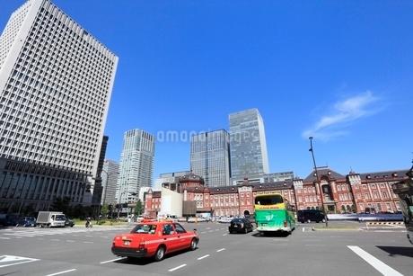 東京駅とビル群の写真素材 [FYI02085767]
