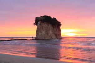 見附島(軍艦島) 冬の朝日の写真素材 [FYI02085831]