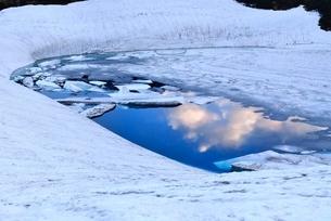 残雪の立山室堂平とみくりが池の写真素材 [FYI02085972]