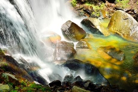 裏磐梯 小野川不動滝と虹の写真素材 [FYI02086050]