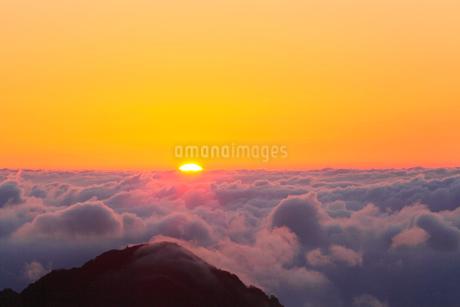朝日と雲海の写真素材 [FYI02086091]