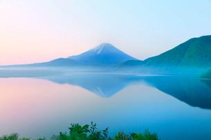 新緑の富士山と本栖湖に朝霧の写真素材 [FYI02086101]