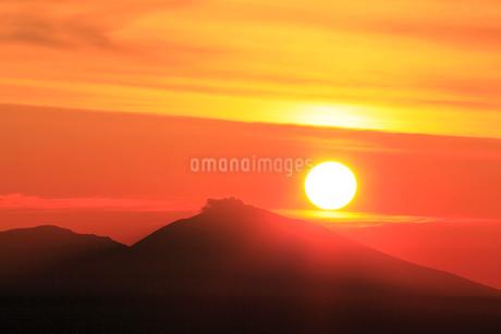 朝日と浅間山の写真素材 [FYI02086106]