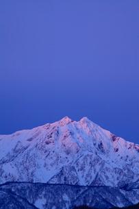北アルプス鹿島槍ヶ岳 冬の朝焼けの写真素材 [FYI02086131]