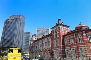 東京駅とハトバスの写真素材 [FYI02086140]