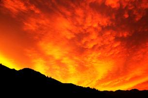 台風接近中の夕焼け空と山並みの写真素材 [FYI02086179]