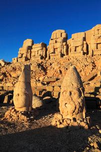 朝焼けのネムルトダーゥの遺跡 東側祭壇の写真素材 [FYI02086222]