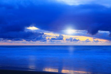夕日と海の写真素材 [FYI02086287]