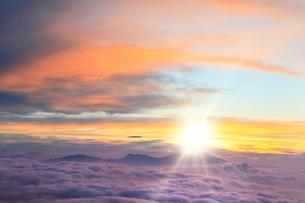 朝日と雲海(浅間山)の写真素材 [FYI02086311]