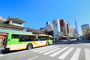 雷門交差点と都営バスに東京スカイツリーの写真素材 [FYI02086325]