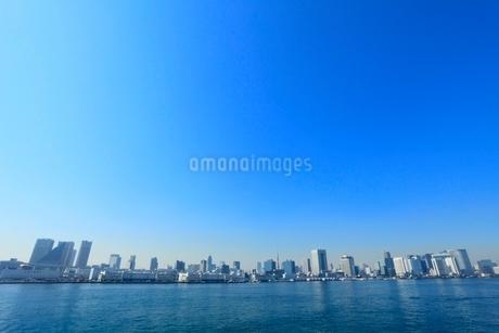 東京港より東京タワーとビル群の写真素材 [FYI02086351]