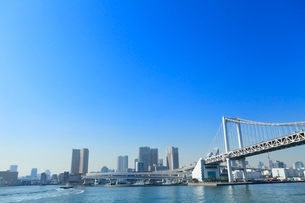 東京港よりビル群とレインボーブリッジの写真素材 [FYI02086378]