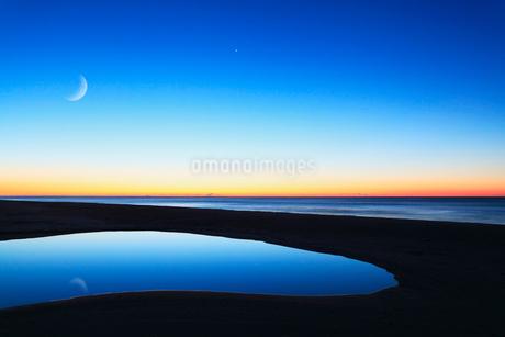 朝焼けの海と月の写真素材 [FYI02086380]