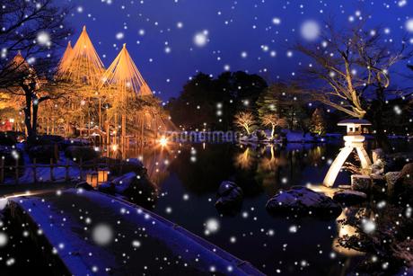 雪降る兼六園ライトアップの写真素材 [FYI02086383]