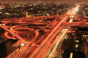 東大阪ジャンクションと街並みの夜景の写真素材 [FYI02086395]