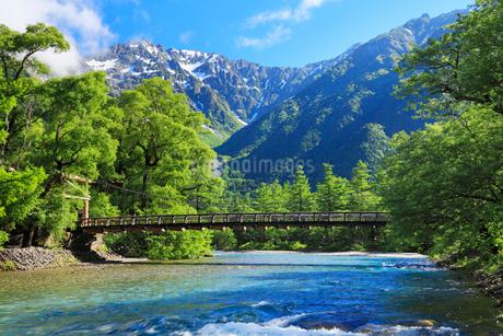 夏の上高地 河童橋と梓川より穂高連峰の写真素材 [FYI02086477]