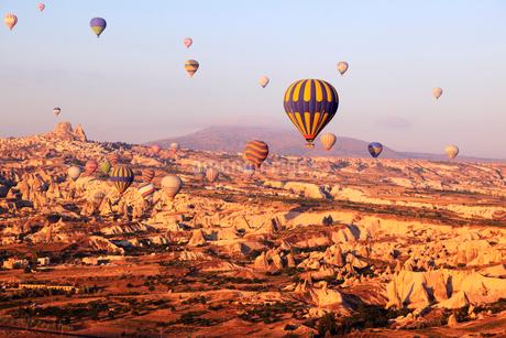 気球から見下ろす朝焼けのカッパドキヤと気球の写真素材 [FYI02086494]