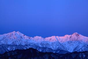 北アルプス(鹿島槍ヶ岳・五竜岳) 冬の朝焼けの写真素材 [FYI02086551]