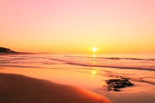 夕日と海の写真素材 [FYI02086572]