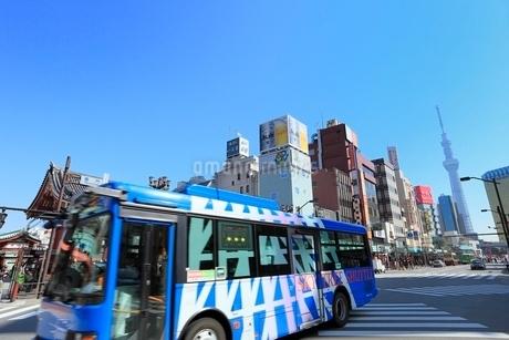 雷門交差点とシャトルバスに東京スカイツリーの写真素材 [FYI02086650]