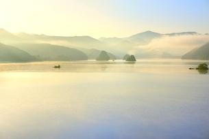新緑の裏磐梯 秋元湖の朝霧の写真素材 [FYI02086722]