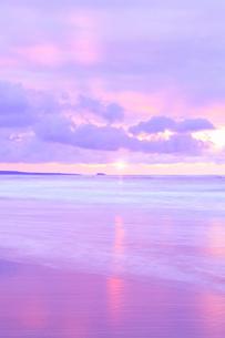 夕日と海の写真素材 [FYI02087030]