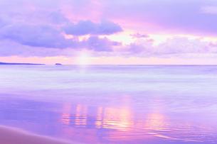 夕日と海の写真素材 [FYI02087035]