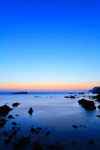 日和山海岸 朝焼けの海に竜宮城の写真素材 [FYI02087055]