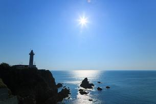 朝日に輝く太平洋と大王埼灯台の写真素材 [FYI02087180]