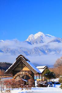 水車と新雪の南アルプス・甲斐駒ヶ岳の写真素材 [FYI02087212]