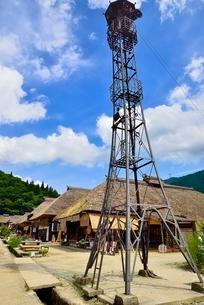 大内宿 茅葺き古民家集落と火の見櫓に道の写真素材 [FYI02087229]