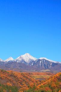 紅葉の八ヶ岳高原大橋と八ヶ岳に新雪の写真素材 [FYI02087233]
