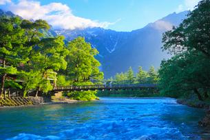 緑の上高地 梓川と河童橋に穂高連峰の写真素材 [FYI02087236]