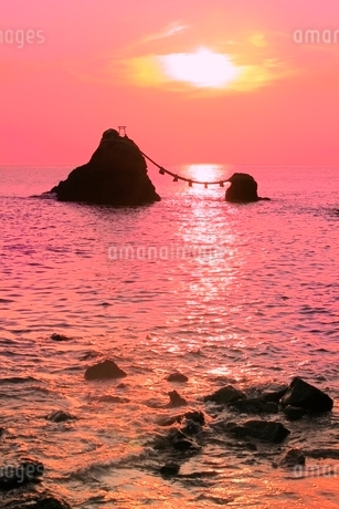 二見浦 夫婦岩と朝日の写真素材 [FYI02087340]