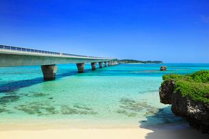 沖縄宮古島 池間大橋と海の写真素材 [FYI02087514]