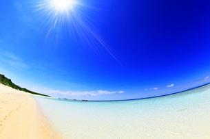 沖縄波照間島 ニシ浜と海に太陽の写真素材 [FYI02087554]