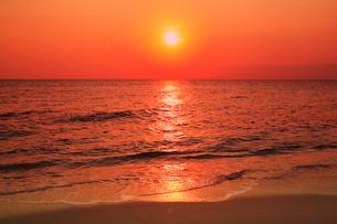 沖縄宮古島 来間島・長間浜から望む夕日と海の写真素材 [FYI02087643]