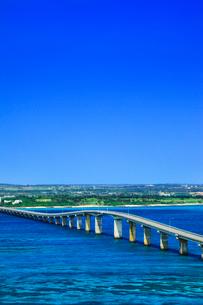 沖縄宮古島 来間大橋と海の写真素材 [FYI02087688]