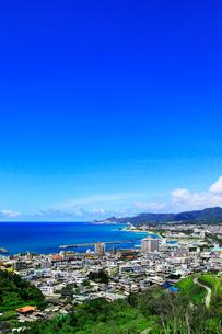 沖縄本島 名護湾と名護市の街並みの写真素材 [FYI02087702]