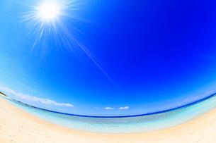 沖縄波照間島 ニシ浜と海に太陽の写真素材 [FYI02087705]