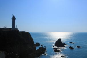 朝光に輝く太平洋と大王埼灯台の写真素材 [FYI02087710]