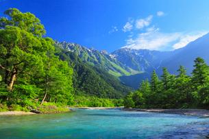 緑の上高地 梓川と穂高連峰の写真素材 [FYI02087728]