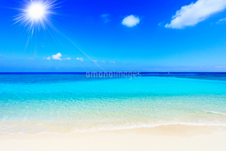 沖縄波照間島 ニシ浜と海に太陽の写真素材 [FYI02087731]