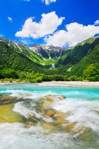緑の上高地 梓川と穂高連峰の写真素材 [FYI02087771]