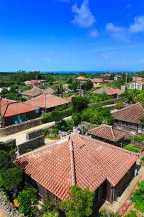 沖縄竹富島 なごみの塔から望む赤瓦屋根の集落の写真素材 [FYI02087792]