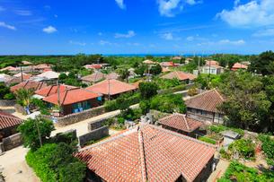 沖縄竹富島 なごみの塔から望む赤瓦屋根の集落の写真素材 [FYI02087816]