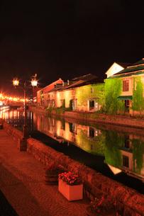 小樽運河と倉庫群のライトアップ夜景の写真素材 [FYI02088006]